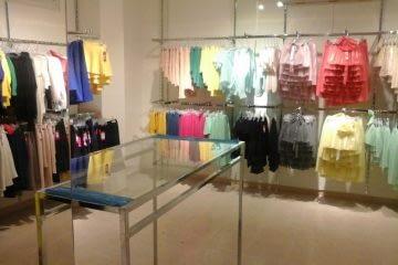 ציוד לחנות בגדים, פונקציונליות עם אמירה עיצובית